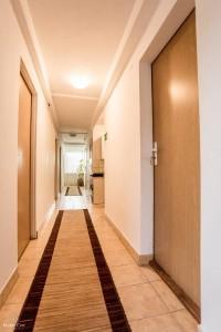 Parter - korytarz w domu prywatnym z osobnym wejściem